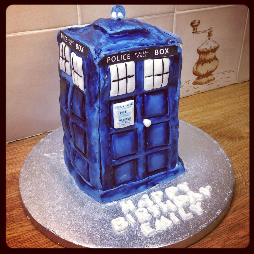 Cake Decorating Ideas For Doctors : Doctor Who Tardis Cake BeeMinor